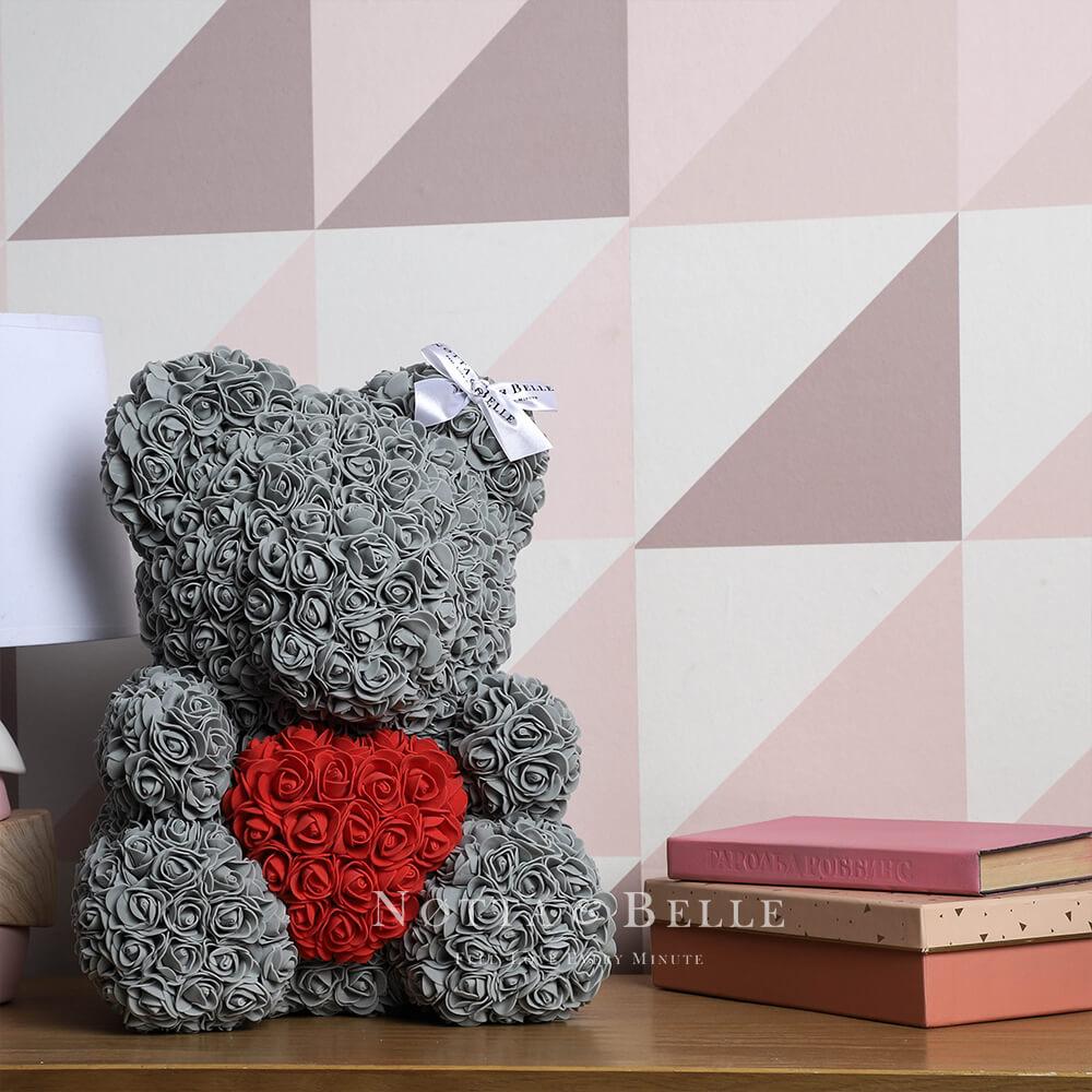 Šedý medvídek z růží s červeným srdcem - 35 сm