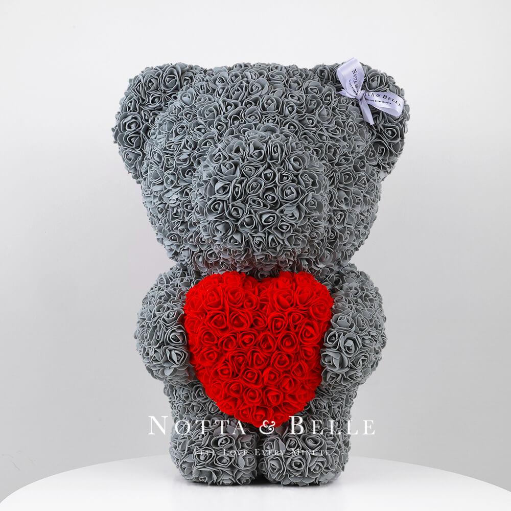 Šedý medvídek z růží s červeným srdcem- 55 сm