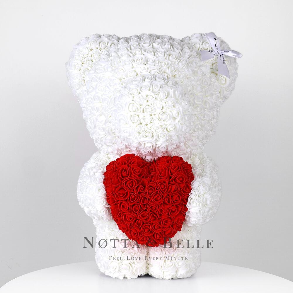 Oso de rosas blancas con un corazón rojas– 55cm