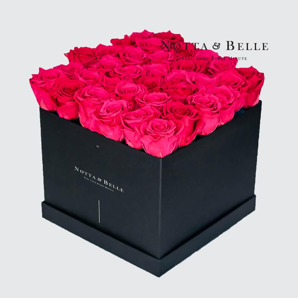 Grellrosa Rosenstrauß «Romantic» in einer schwarzen Box – 35 Stück