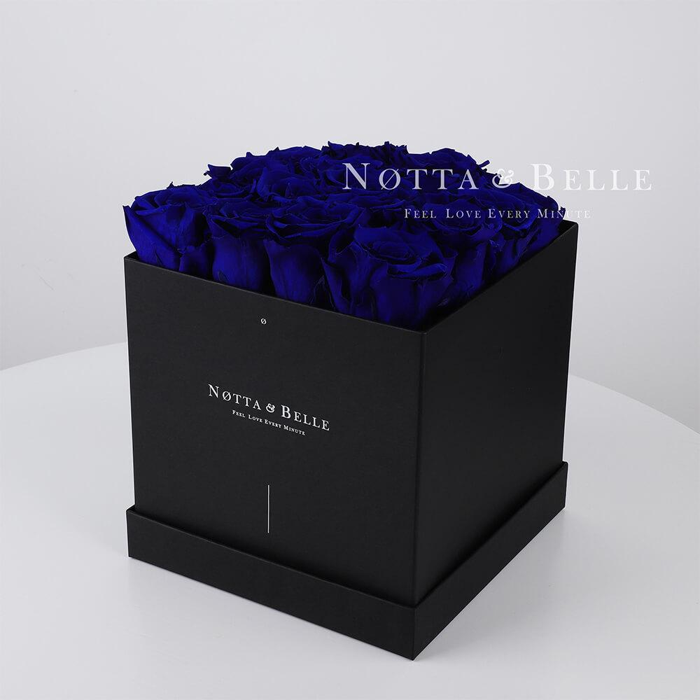 Ramo azul «Romantic» en una caja negra - 17 piezas