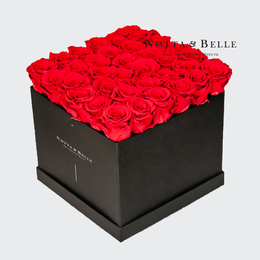 Ramo rojo «Romantic» en una caja negra - 35 piezas
