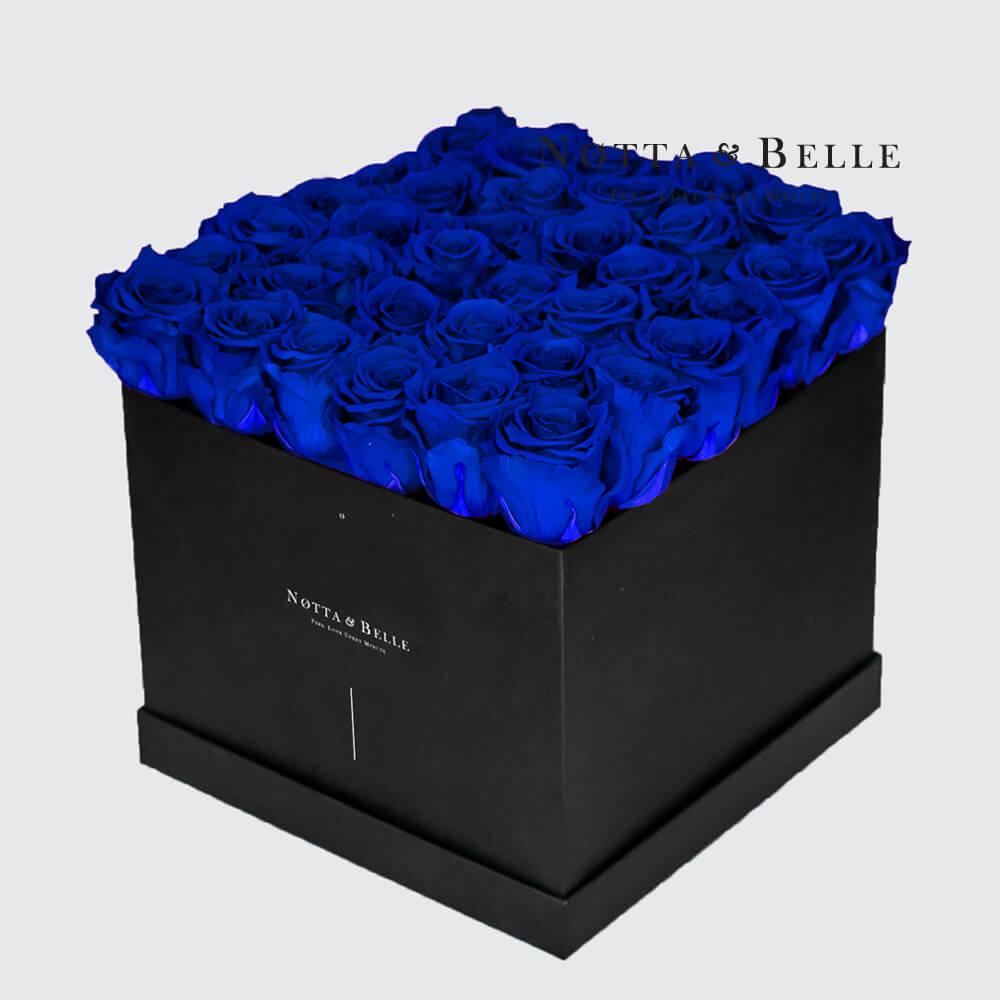 Ramo azul «Romantic» en una caja negra - 35 piezas