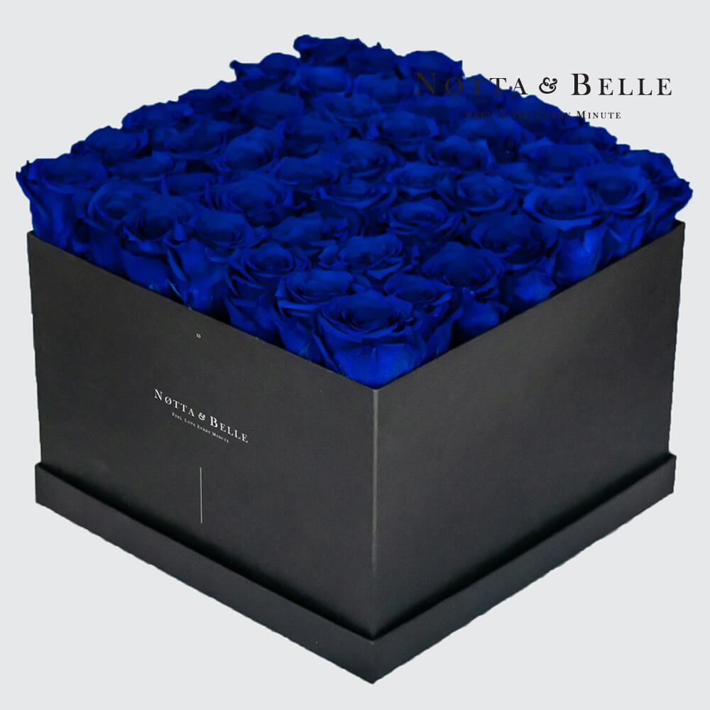 Ramo azul «Romantic» en una caja negra - 49 piezas