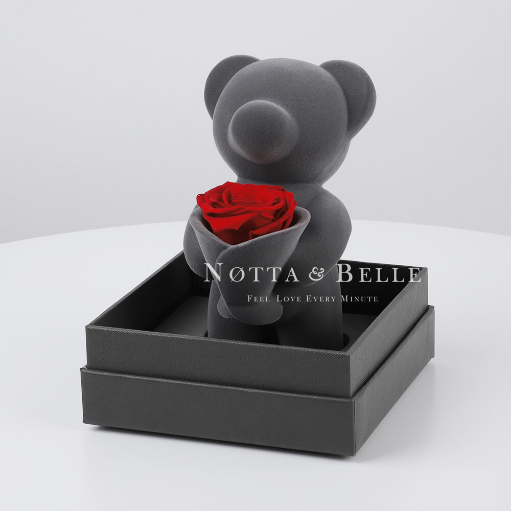 Ourson avec un bouquet de roses