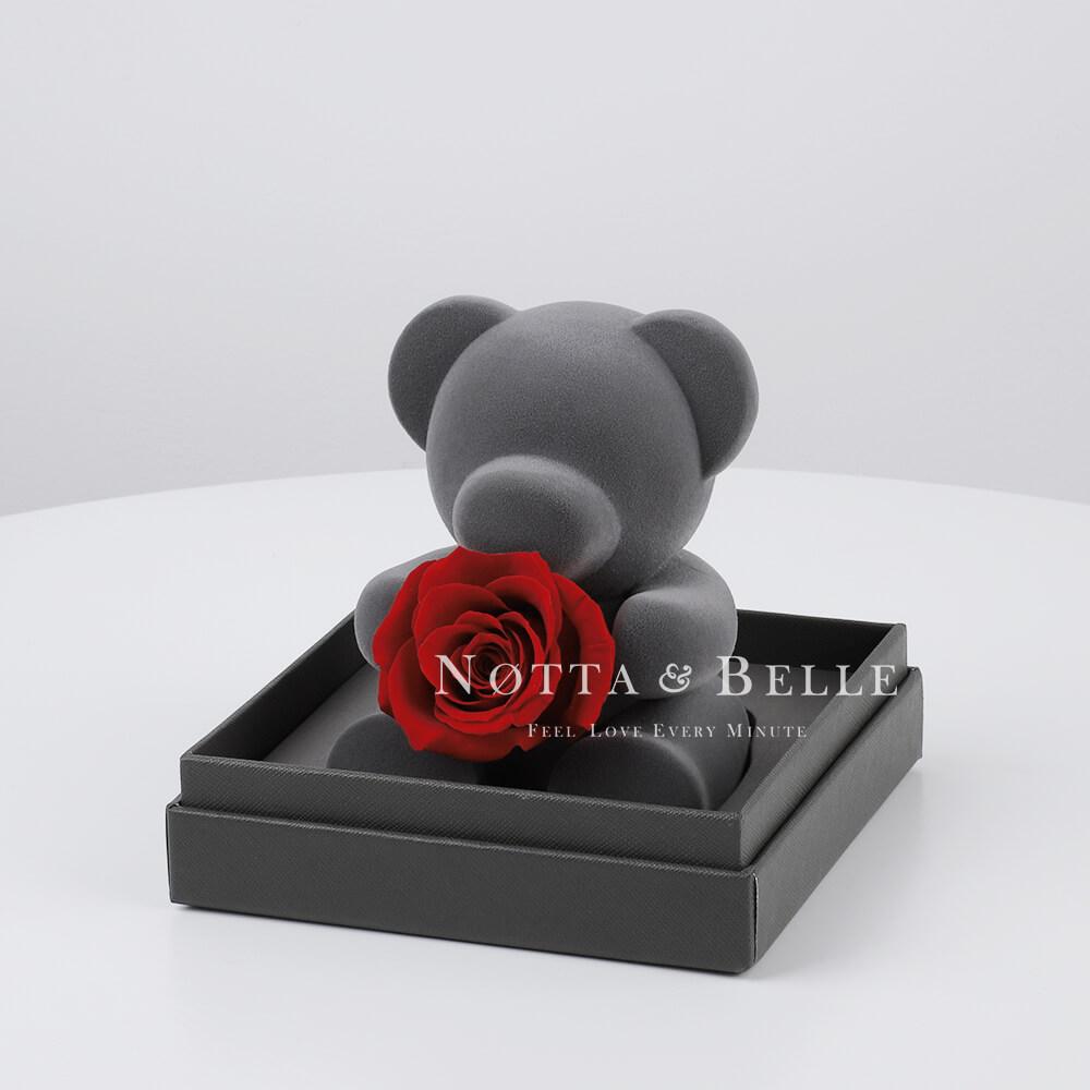 Bär mit einer Rose
