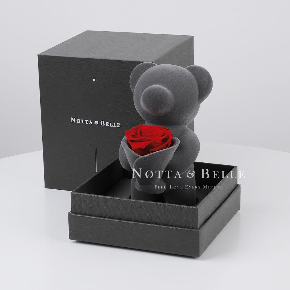 Bär mit einem Strauß Rosen