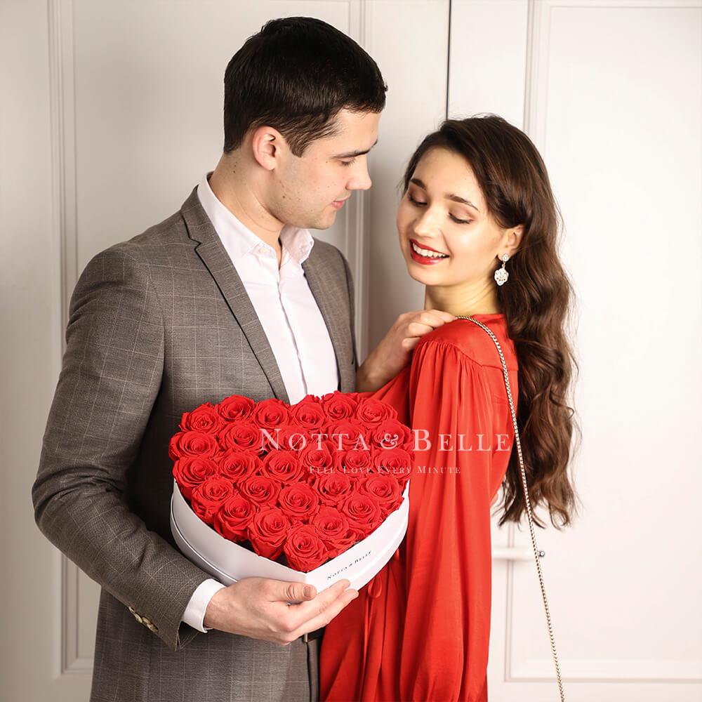 Ramo rojo «Love» en una caja blanca - 27 piezas