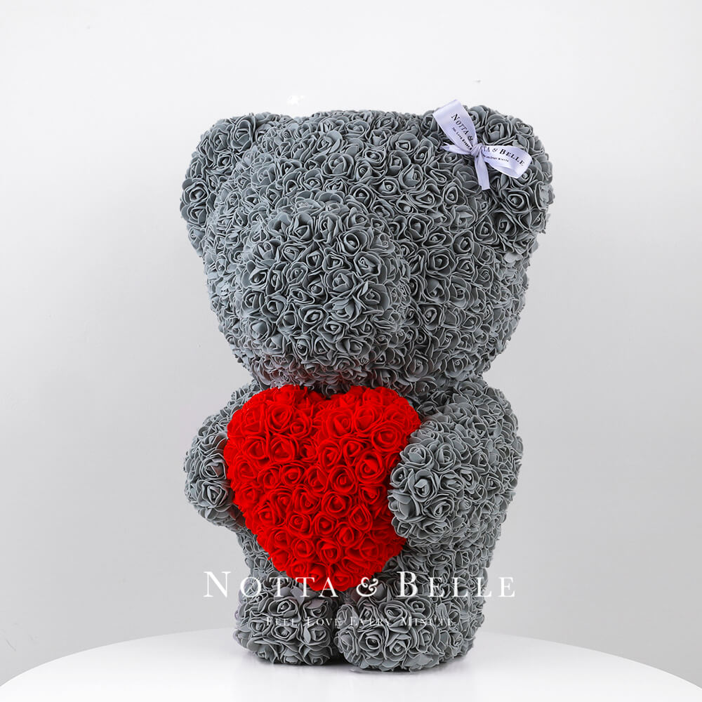 Oso de rosas grises con un corazón rojas– 55cm