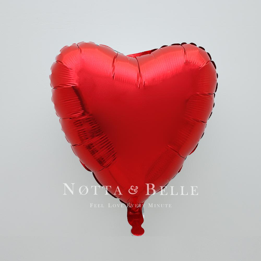 Шарик красного цвета в виде сердца