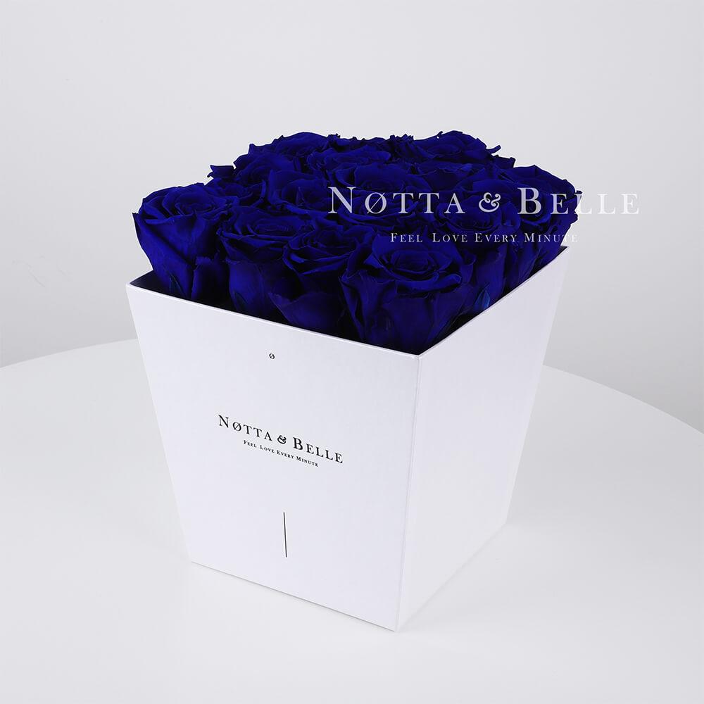 Blauer Rosenstrauß «Forever» in einer weissen Box – 17 Stück