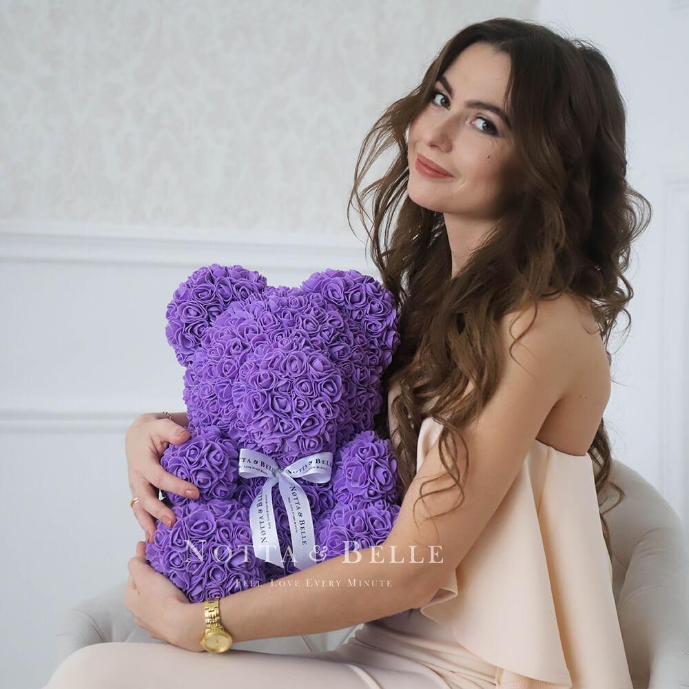 Fialový medvídek z růží - 35 cm