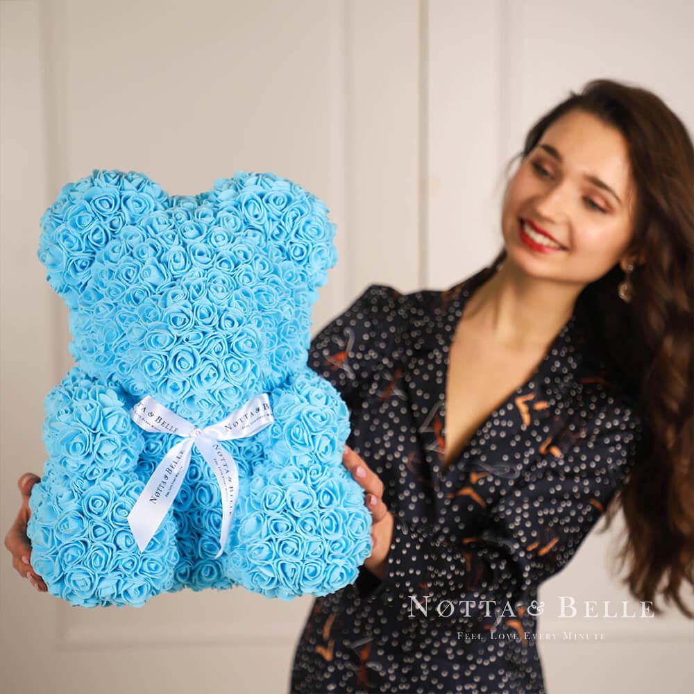 Světle modrý medvídek z růží - 35 cm