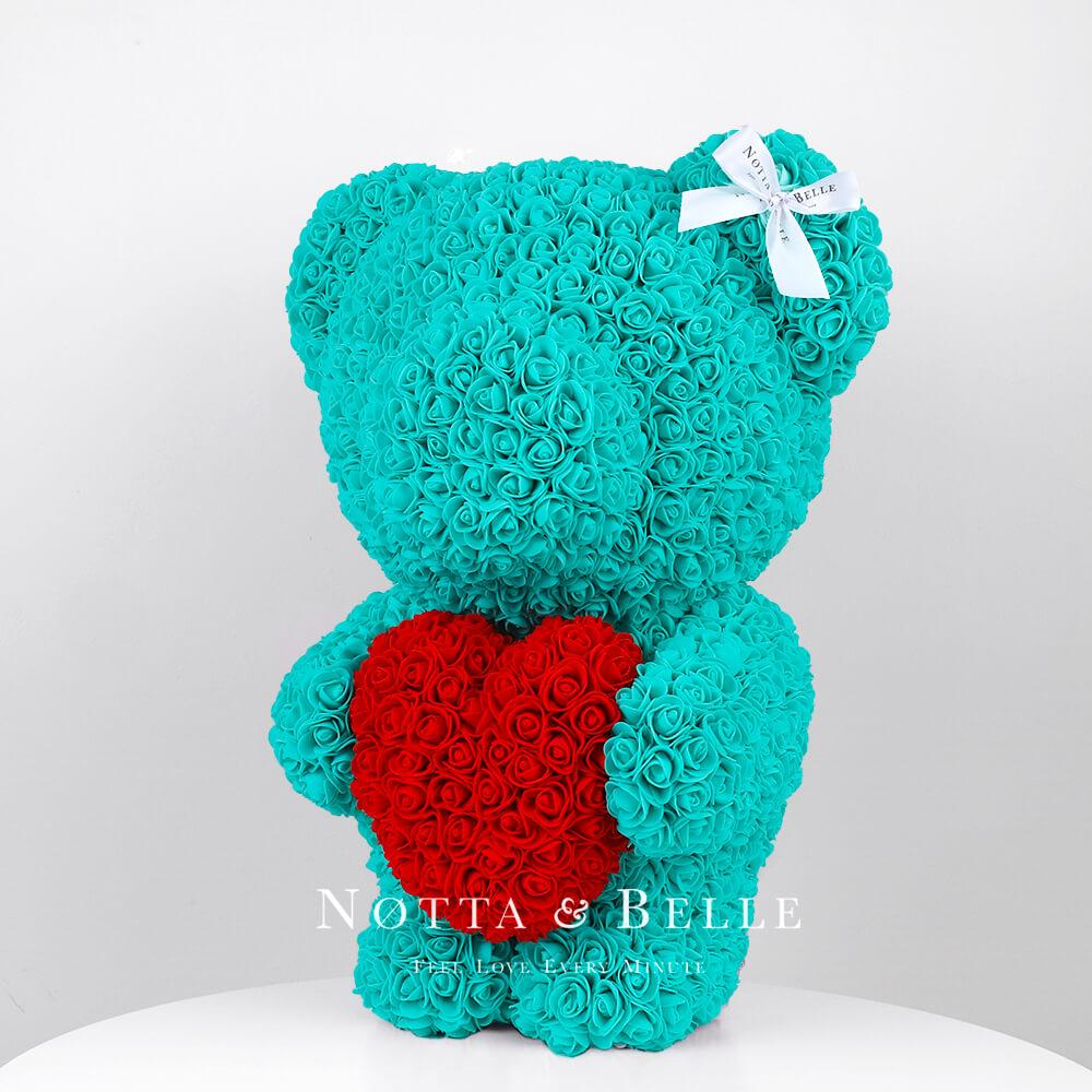 Tyrkysový medvídek z růží s červeným srdcem - 55 cm