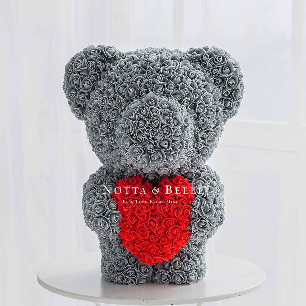 Grau Bär aus künstlichen Rosen mit einem Herzchen  - 60 сm