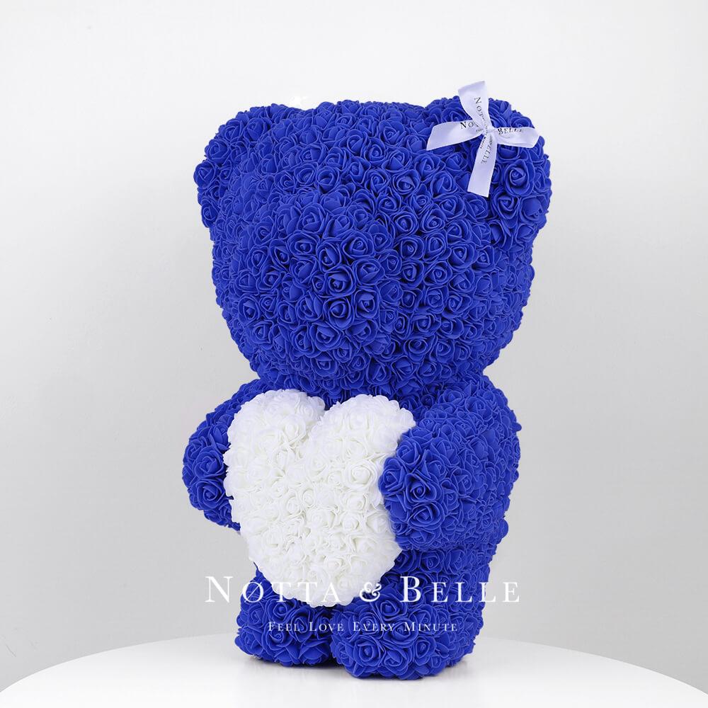 Синий мишка из роз с белым сердцем - 55 см