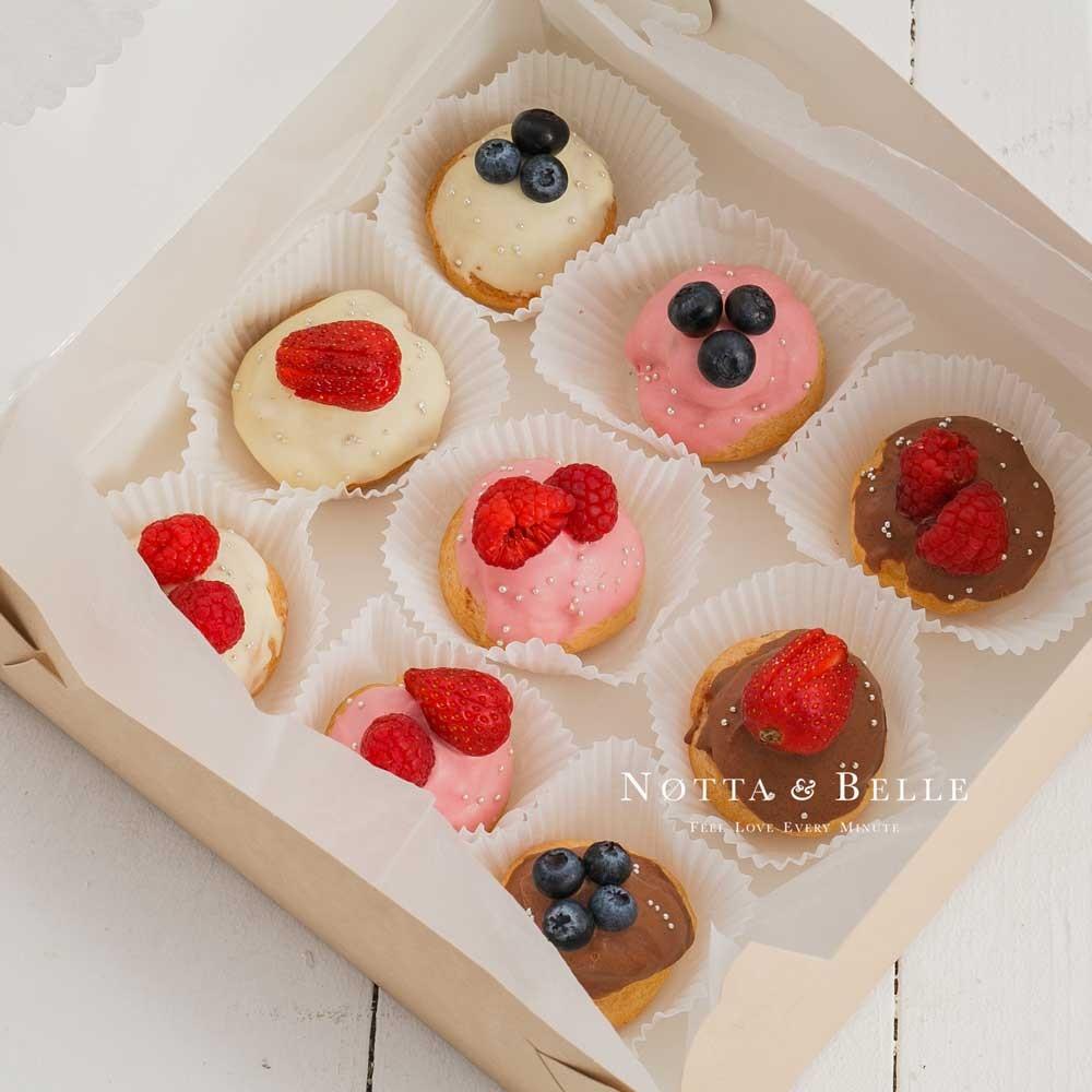 Набор из 9 эклеров с ягодами