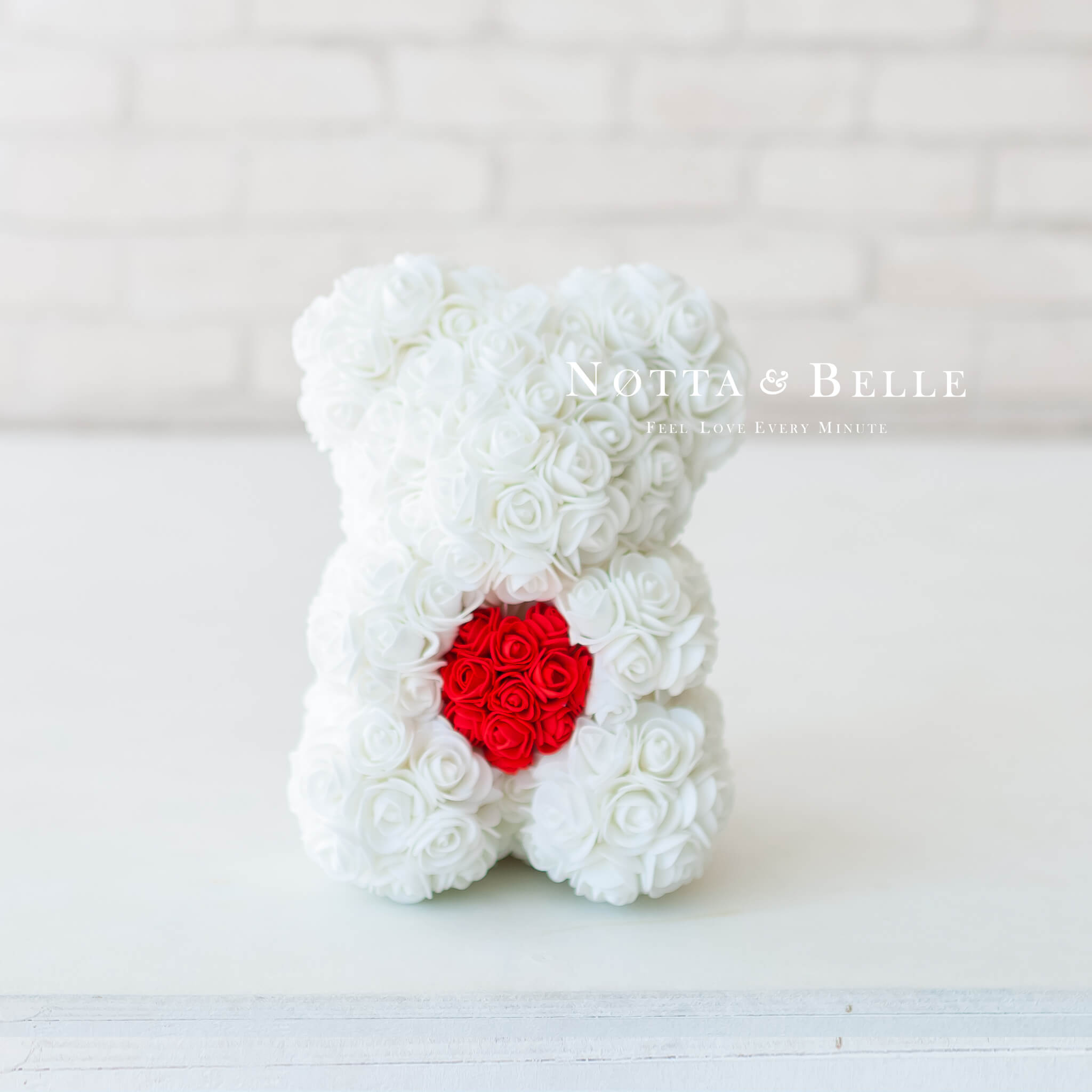 Белый мишка из роз с сердцем - 25 см
