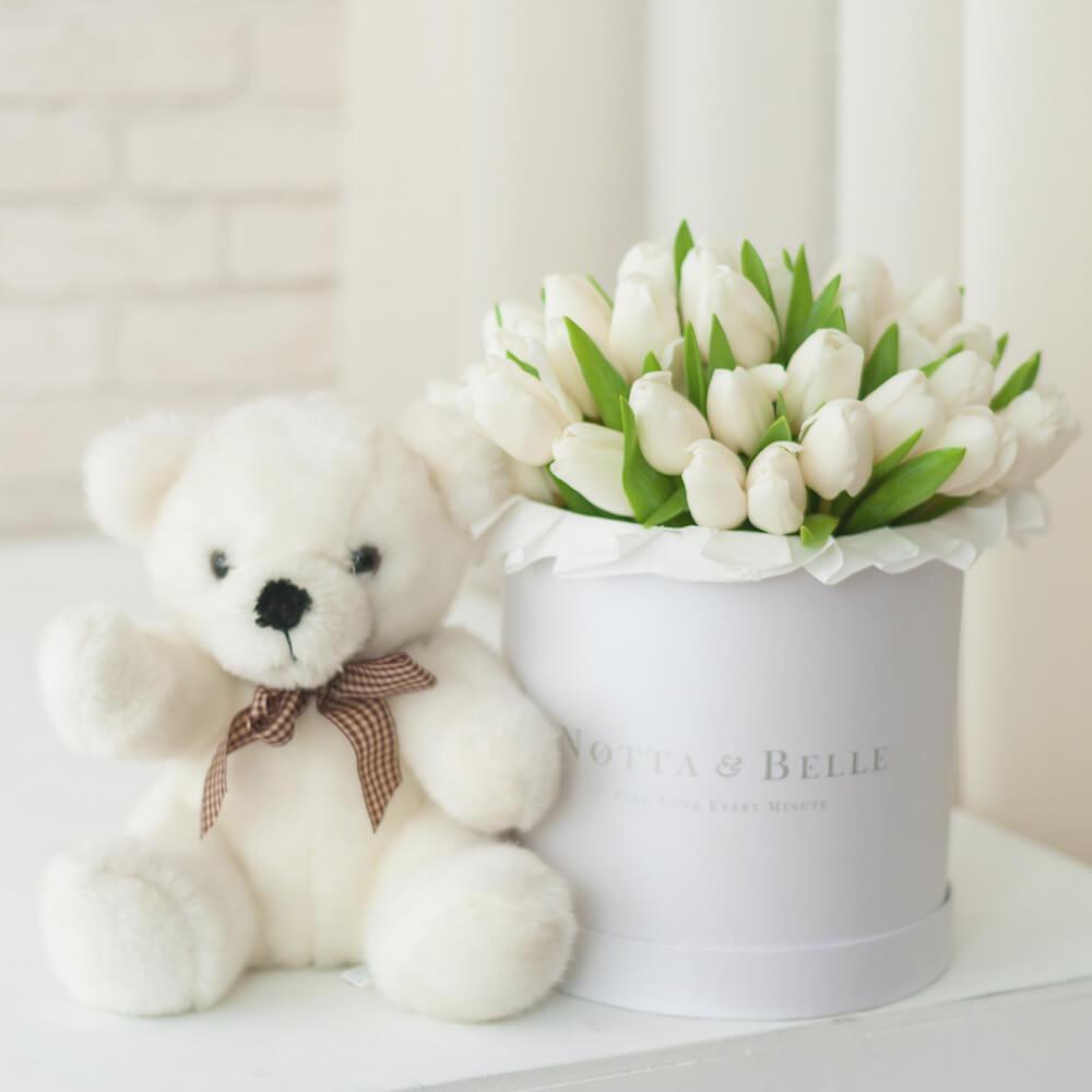 Premium Белые тюльпаны в шляпных коробках белого цвета