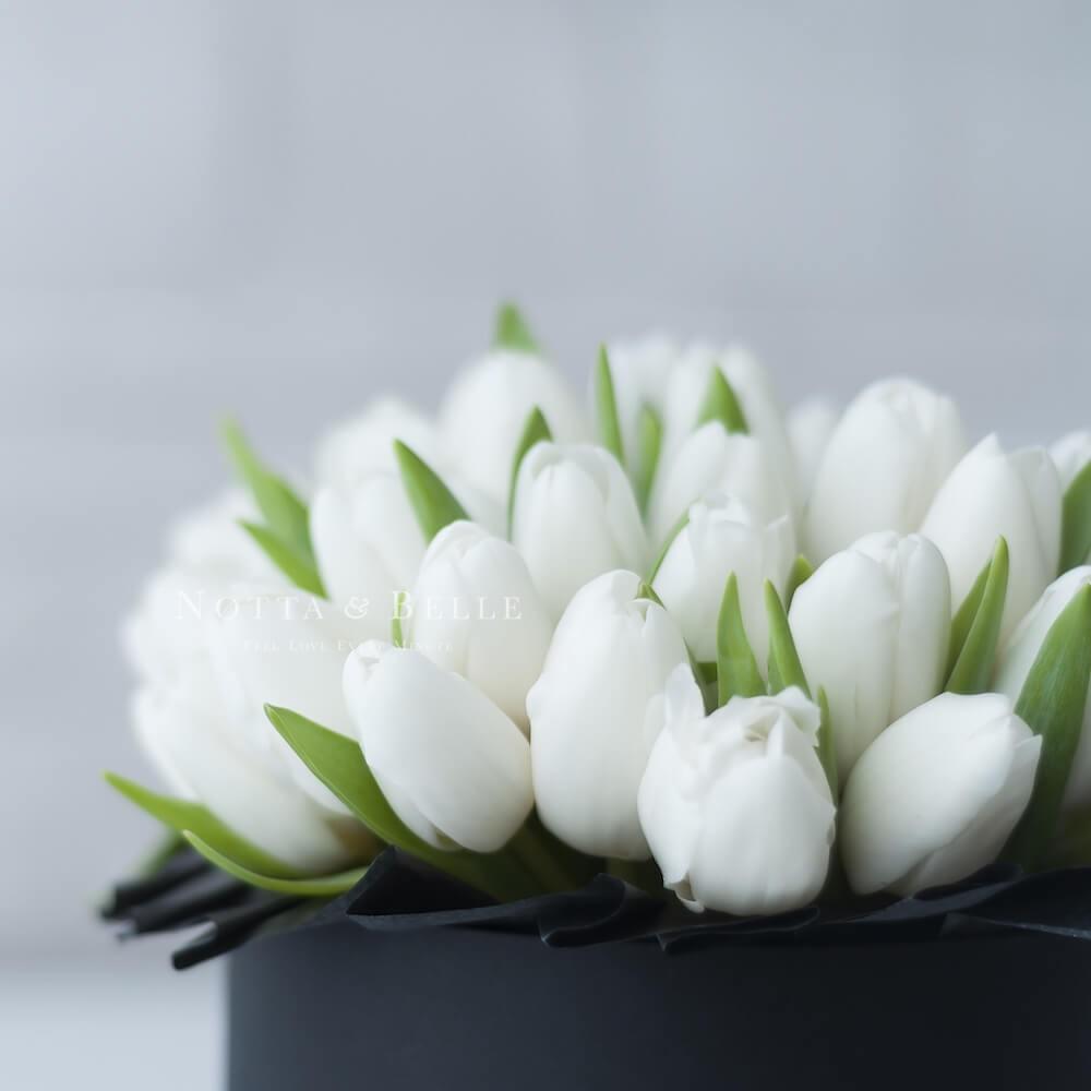 Mini Белые тюльпаны в шляпных коробках черного цвета