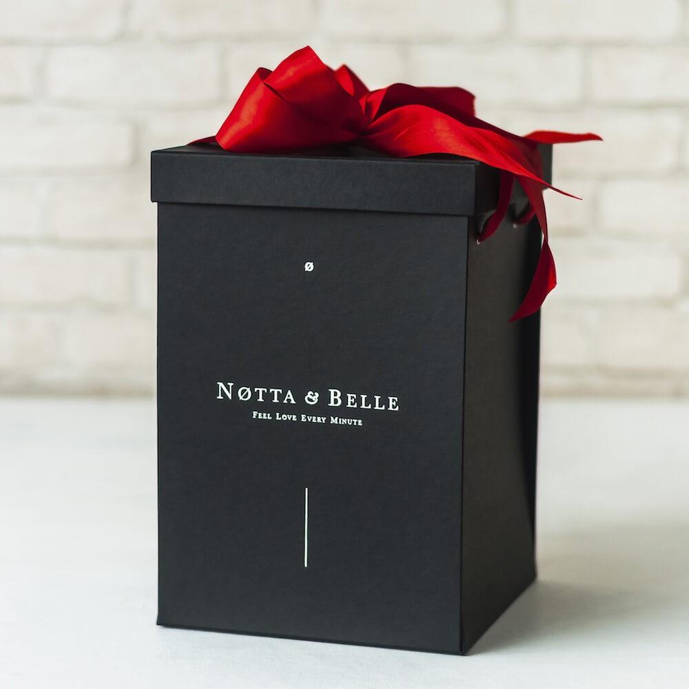 Boîte cadeau Noires pour Rose sous cloche