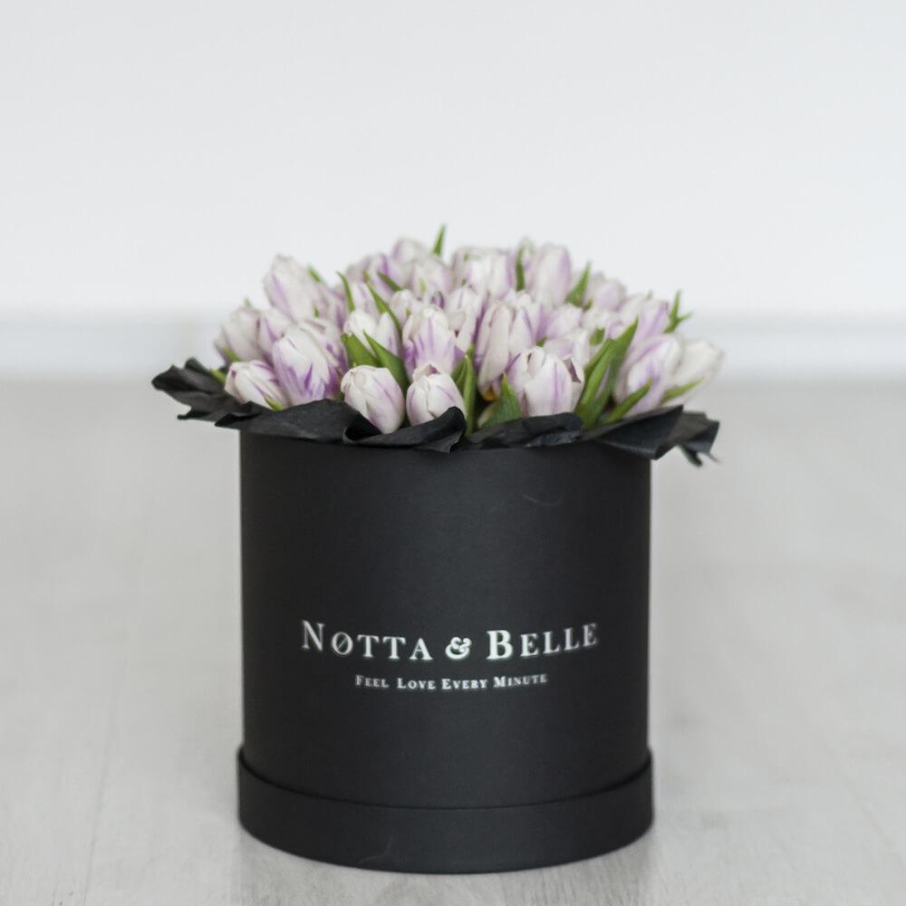 Premium Фиолетово-белые тюльпаны в шляпных коробках черного цвета