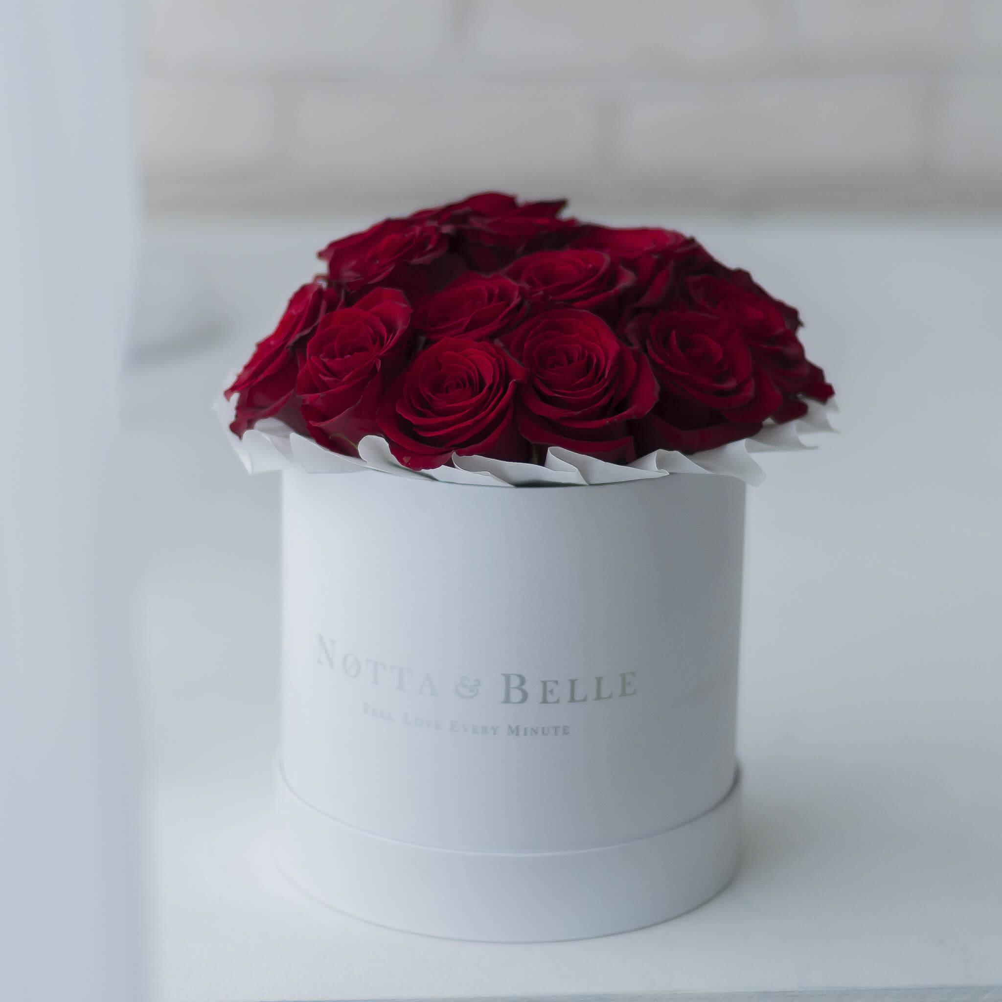 Mini Красная роза в шляпной коробке белого цвета