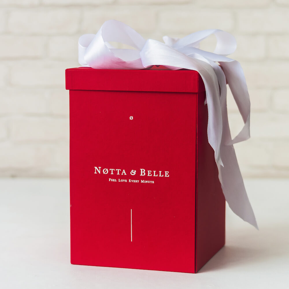 Красная коробка для розы в колбе